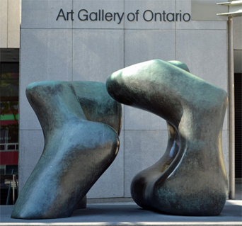"Henry Moores ""Large Two Forms"" utanför Art Gallery of Ontario"